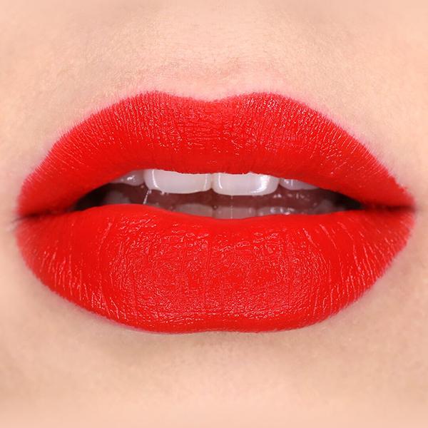 SEMI MATTE LEPPESTIFTER Bildet: Semi-Matte Cocoa Butter Semi-Matte Lipstick: Sonora   Semi- matte og matte leppestifter er det siste innen leppestift verdenen og makeup trender. Alle som elsker makeup, har en matt eller semimatt leppestift (eller 10). Matte leppestifter er det helt motsatte av gloss eller skimmer. Den har en flatere og nesten pudderaktig finish, som sitter lenge, og gir veldig flatterende lepper. Hvis du har sett Cocoa Butter Semi-Matte Lipstick: Tempest, så skjønner man at den kanskje kunne vært veldig glossy, men som matt, er den en utrolig fin farge til alle hudtoner.