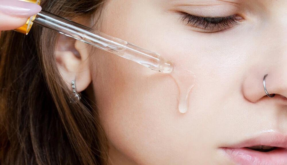 Vitamin c serum på ansikt